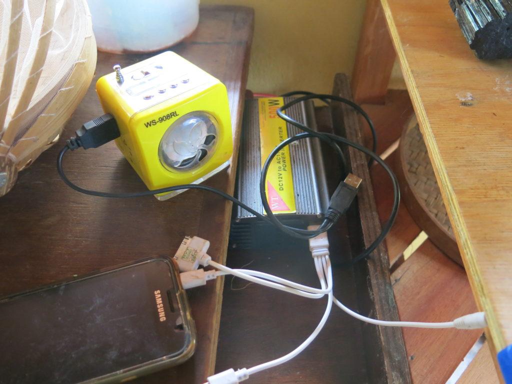 Ligamos celular, toca mp3 e computador em conversores, mas não precisamos usar um inversor para 110 volts mais. Apenas 12v a 19v é suficiente.